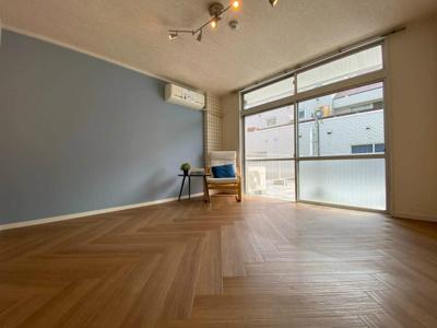 バルコニーに繋がる南東向き洋室7.5帖の陽当たりの良いお部屋です!エアコン付きで1年中快適に過ごせますね☆オシャレなアクセントクロスが魅力的なお部屋です☆