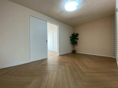 11帖リビングダイニングキッチンです!フローリング風のフロアタイルでお部屋が明るくお洒落に♪
