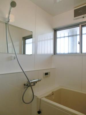 バスルームはいつでもぽかぽかお風呂に入れる追焚機能付き☆窓があるので湿気対策OK!お風呂に浸かって一日の疲れもすっきりリフレッシュ♪