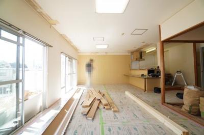 【約21帖リビングダイニング】 南側2WAYワイドバルコニーに面した 2面採光のリビング。 お気に入りの家具が映える空間。 ダイニングテーブルやソファなども配置もしやすく 空間を最大限に活用できます。