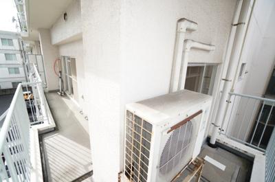 【2WAYワイドバルコニー】 リビング全面に広がるワイドバルコニーは面積もあり、 エアコンの室外機置場を確保しても、 十分な広さがあります。 全面の建物との距離もあり、お洗濯物も一気に乾きそうです!