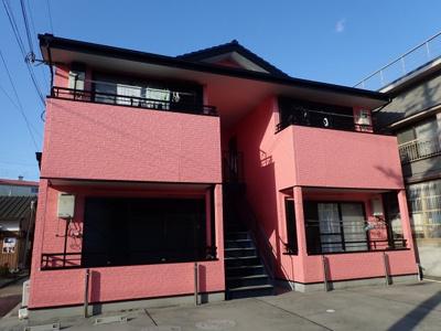 鮮やかなピンクの外壁が目印です