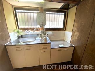 新品のシンプルキッチンです♪前には窓も有り明るいキッチンです!!ぜひ現地でご確認ください(^^)湯沸かし器も新調されております♪