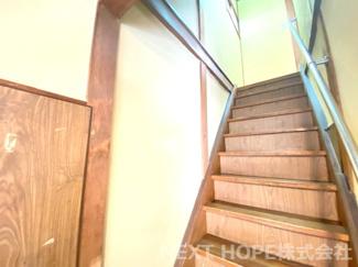 2階への階段です♪手すり付きで安心・安全に昇り降りしていただけます(^^)