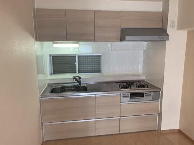 使いやすいシステムキッチンです。換気にも便利な窓もあるキッチンです。