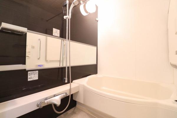 【浴室】心身の疲れを癒すリラクゼーションを満喫できる浴室です。柔らかなアーチを描くデザインの浴槽が、安らぎを与えてくれます♪