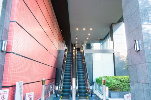 フォレストパークからエレベーターで2階へ、洗練されたエントランスアプローチです。