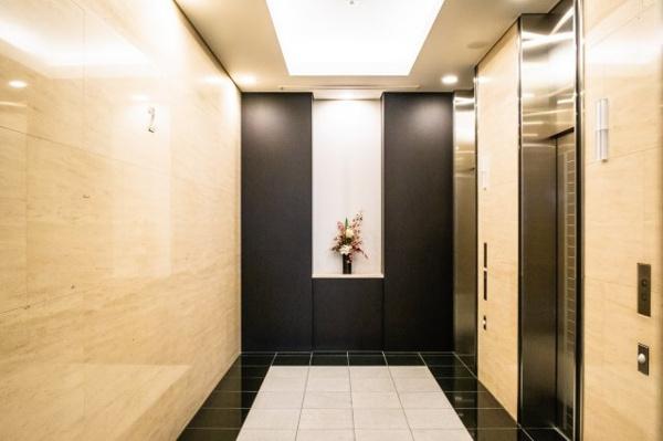 エレベーターホール。全8基のエレベーターが作動しております。