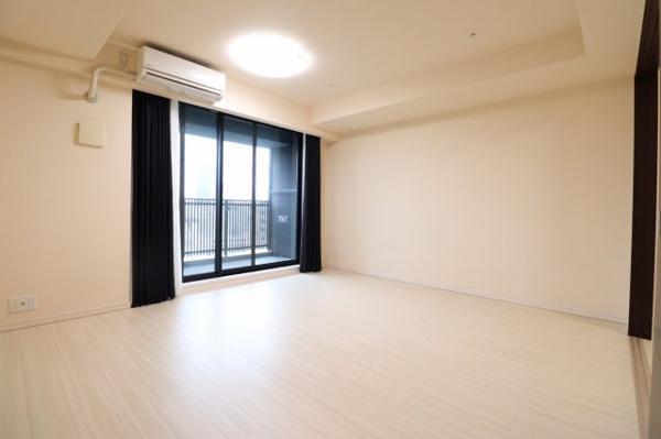 【居間・リビング】ハイサッシの為、明るいお部屋を演出します。