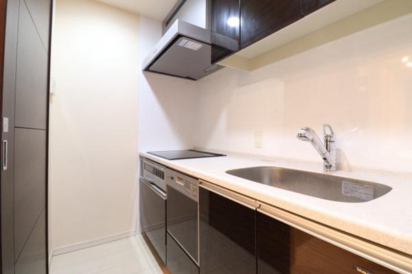 【キッチン】ディスポーザーや食洗機などの設備が充実しております。
