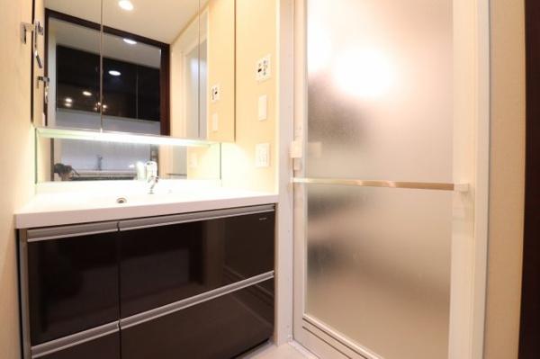 【洗面室】機能的な独立洗面台がございます。
