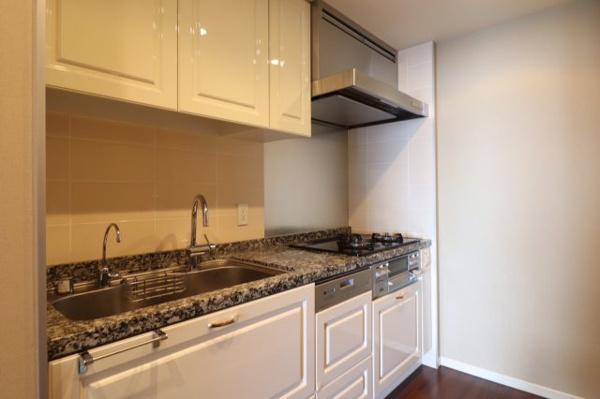 【キッチン】独立キッチンになっており生活感がでにくいメリットが♪建具のカラーがホワイトでな雰囲気が◎
