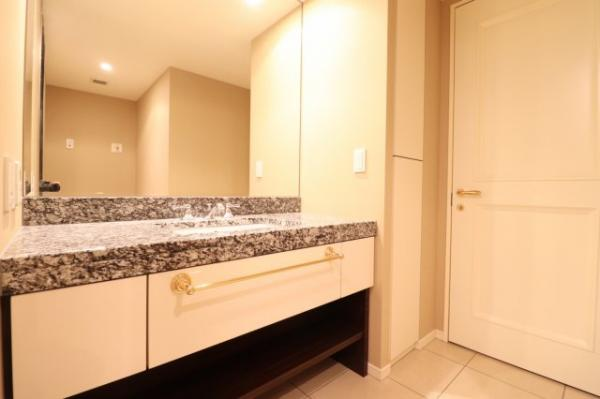 【洗面室】ゆとりのあるホテルのような洗面室です☆