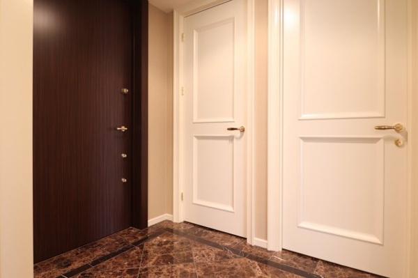【玄関】玄関すぐ、SICと手前の扉は洗面室となっております!