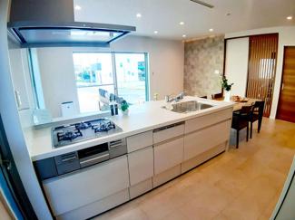 ペニンシュラキッチンを採用。カウンターフラットなのでリビングとの一体感があります。食洗乾燥機付き!キッチン周りの油汚れも簡単に落とせるので家事の負担が軽くなりますよ♪