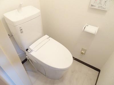 リフォームで新規交換しています♪収納棚付きなので、整理整頓も行き届いた空間にできます。お掃除しやすい便座です♪