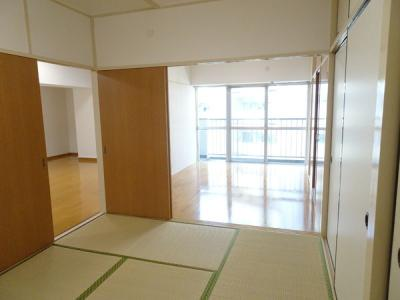 リビングと繋がり寛ぐ空間の和室!ゲストルームとして、お子様のお昼寝のお部屋として、様々なご利用ができる和室です。琉球畳が設置され、高級感ある和室を演出しています。