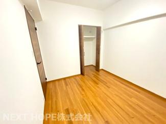玄関横のサービスルーム5.5帖です♪収納スペースも有り、室内を有効に使用していただけます(^^)