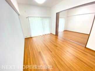 リビングに隣接する洋室6帖の建具をオープンにしていただくと更に広がる空間を確保できますね(^^)