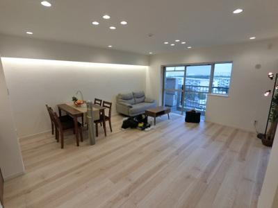 16.5帖のリビングはバルコニーに面しており日当たり・通風・眺望◎ ダイニングテーブルやソファー、ローテーブルなどの家具もしっかりと配置できます。