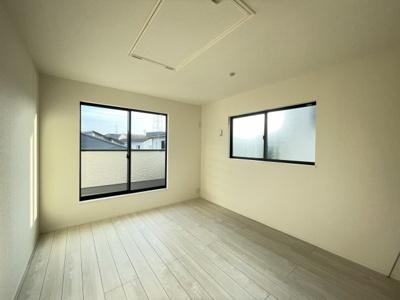 2面採光の日当りの良い洋室