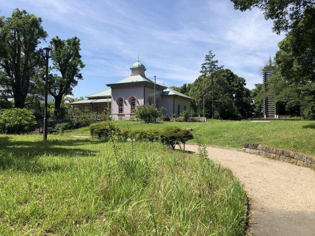 八幡山公園、マンション目の前には広々とした公園があります。