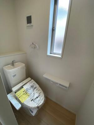 2Fトイレ 各階には温水シャワー付きのトイレを完備 ※同社施工例