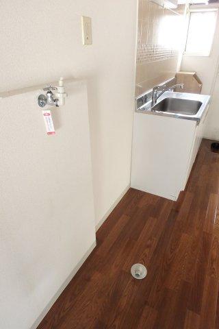 キッチンにある室内洗濯機置場です!室内に置けるので洗濯機が綺麗に保てますね☆