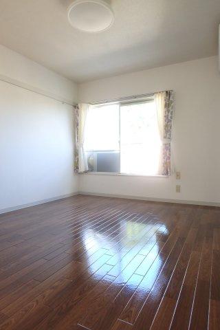 テラスに繋がる南東向き洋室6.2帖のお部屋です!エアコン付きで1年中快適に過ごせます☆