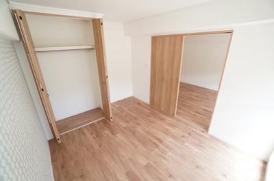【南側洋室約5.5帖】 たっぷり収納! コートやスーツだけでなく、収納棚を中にしまえば ニットやパンツも中にしまえて お部屋をすっきりとお使いいただけます! お部屋のコーディネートと幅が広がります♪