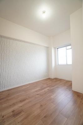 【北側洋室約4帖】 居室にはクローゼットを完備し、 自由度の高い家具の配置が叶うシンプルな空間です。 お子様の成長と共に必要になる 子供部屋にもぴったりの間取りですね。