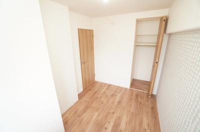 【北側洋室約4帖】 玄関を入って最初の部屋は シンプルに纏められた洋室部分。 クロスとフローリングは主張せず、 お好みのインテリアを活かしたレイアウトが実現します。
