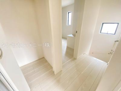 2階廊下にも収納スペースがあるので掃除機もスッポリ収納可能