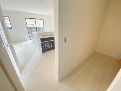 キッチン奥にはパントリーを確保。広さも十分なので別途棚も置けます。無駄なスペースなく物が整理出来て嬉しいですね