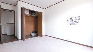 2階の洋室です。全居室に収納があります。