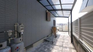 建物北側には屋根付きのスペースがあります。駐輪場に最適です。