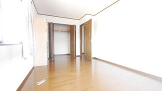 2階西側洋室。全居室フローリングでお掃除も楽ちんです!