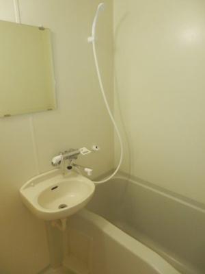 浴室にミラー付きです。