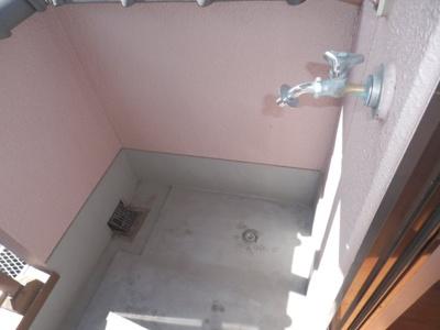 バルコニー側の洗濯機置き場。