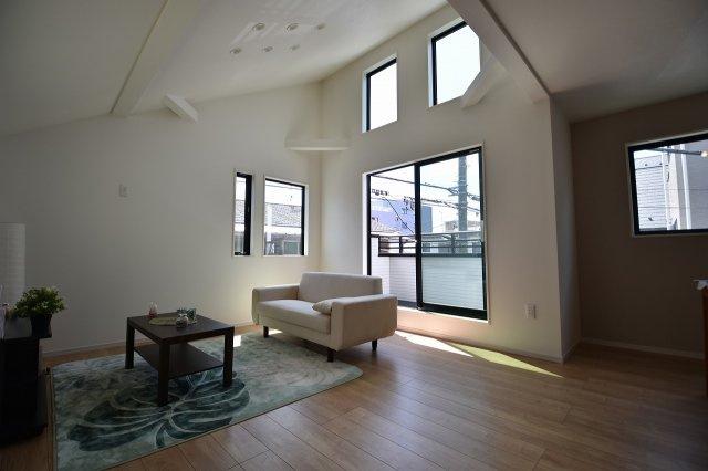 LDK18.4帖の大空間は家族の集まる団らんスペース、明り取りの窓からからも光の集まる陽だまりの空間です。