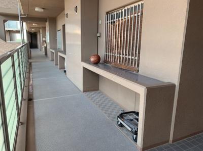 共有の廊下ですが、収納スペースがあります。