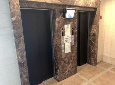 マンションエレベーターです。2基あります。 内部が見えるモニターもあるので防犯面も安心です。