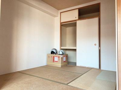 畳の上でゆっくりとくつろげる5帖の和室です。