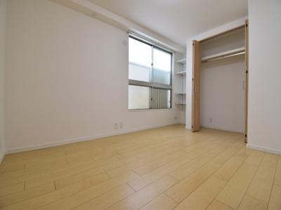お部屋の隅々まで明るい印象の居室。おひさまの光を、爽やかな風をたっぷりと取り込めます。