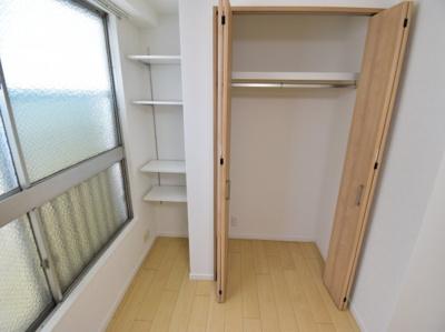 ニッチタイプの収納棚でハイセンスにさり気なく飾り物など、個性的な使い方ができるのが特徴です。