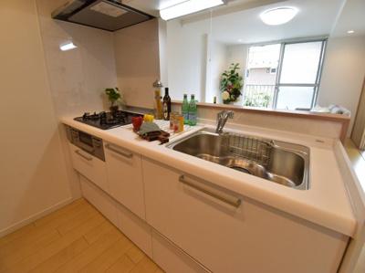 対面式のキッチンはご家族の様子を見ながらお料理できます。そんな幸せな風景をぜひ想像してみて下さい。