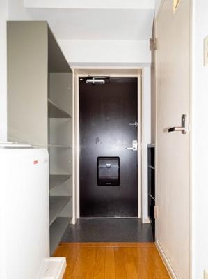 オープンシューズボックスと便利な収納棚