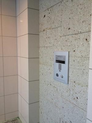 来客の顔を事前に確認できるモニタ付インターホン