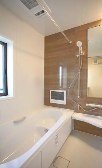 同仕様の浴室です。 広々としたバスルームで一日の疲れをいやして下さい。 もちろん、雨の日に大活躍の浴室乾燥機付きです。