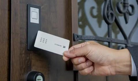 手荷物が多いい時にも施開錠が楽にできます。 お子様も安心して使えるカードキー採用。